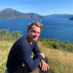 Lasse bei einer Wandertour an einem Fjord in Norwegen